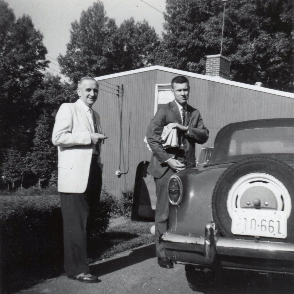 1959 09 IFB JFB in suits in driveway with Nash 001